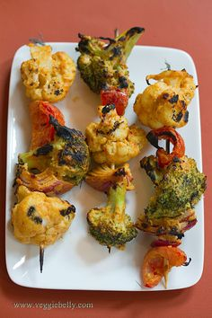 Tandoori Grilled Broccoli and Cauliflower Kebabs - A tandoor is an Indian clay oven. Marinated meat, cottage cheese (paneer) or vegetables are skewered and cooked in the oven. The result is smoky, charred skewers of tandoori yumminess. Vegetarian Grilling, Grilling Recipes, Vegetarian Recipes, Cooking Recipes, Healthy Recipes, Vegetarian Kabobs, Healthy Grilling, Barbecue Recipes, Cooking Food