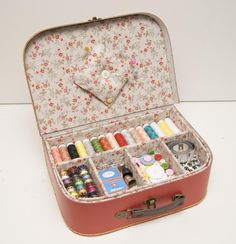Trendy sewing kit storage old suitcases ideas Sewing Hacks, Sewing Crafts, Sewing Kits, Sewing Case, Hand Sewing, Techniques Couture, Vintage Suitcases, Sewing Baskets, Creation Couture