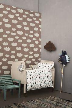 Precioso rinconcito en una habitación para bebé. Nos encanta el detalle del papel pintado y la cunita en color beige. #DecoracionInfantil