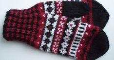 Punamustavalkoiset kirjoneulelapaset on tehty 7 Veljestä -langasta, koko on naisten. Puikot nro 3,5 ja 4 tai käsialan mukaan.  Tarvikke... Wool Socks, Knit Mittens, Knitted Gloves, Knitting Socks, Fingerless Gloves, Drops Design, Baby Booties, Fun Projects, Knitting Patterns