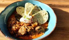 Uvařte si oběd na více dní. Segedínský guláš je maďarská klasika plná vepřového masa, kysaného zelí a pořádné porce papriky. Nejlépe si ho vychutnáte s houskovými nebo karlovarskými knedlíky. Na jejich přípravu teď budete mít díky chytrému hrnci více času! #recept #gulas #segedin #ceskakuchyne #recipe #goulash #czechkitchen Eggs, Beef, Goulash, Chicken, Breakfast, Meat, Morning Coffee, Egg, Ox