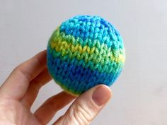 How to Knit a Ball, Two Ways (perfect for Toys or Christmas Ornaments) Yarn Birdy Loom Knitting, Knitting Stitches, Knitting Patterns Free, Free Knitting, Baby Knitting, Crochet Patterns, Knit Christmas Ornaments, Christmas Knitting, Christmas Toys