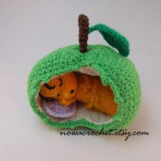 Gusano de la manzana amigurumi PDF crochet patrón por Nowacrochet