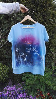 Malované+dámské+tričko+vel.+XL+Originální+malované+tričko+značky+ADLER+City+velikosti+XL+Materiál:+bavlna+-+gramáž+150+g/m2,+modré+barvy.+Doporučuji+prát+po+rubu+na+30stupňů+na+šetrný+program+-+obrácené+obrázkem+dovnitř.+Žehlit+na+bavlnu,+motiv+přes+plátno+nebo+po+rubu.+Barvy+jsou+do+trička+tepelně+zafixovány+žehlením.