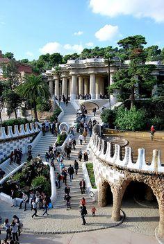 Parque Güell, escalinata con el dragón de la entrada. http://www.viajarabarcelona.org/?page=graciayparqueguell.php