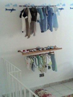 Arara de roupas com sapateiro.