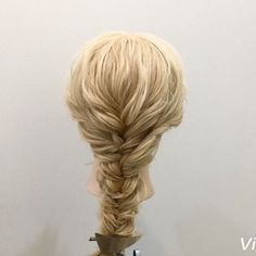 エビ編みのやり方動画✨ 1,二つ編み込みを作り毛先はフィッシュボーンを作ります 2,アレンジスティックをフィッシュボーンの真ん中にさします 3,横の髪を捻ります 4,アレンジスティックを使い横の髪をフィッシュボーンの真ん中に通します 5,少し下にアレンジスティックをさして横の髪をフィッシュボーンの真ん中に通します 6,5番同じ要領で少し下にスティックをさして横の髪をフィッシュボーンの真ん中通します 7,反対側の横の髪も3番〜6番と同じようにやっていくと写真のようになります 8,毛先は折り返して結び直します Fin,崩したら完成です 1番の編み込みはやらなくても大丈夫です★ 三つ編みでもが出来るので好きな感じでやってみてください★ 参考になれば嬉しいです^ ^ #ヘア#hair#ヘアスタイル#hairstyle#サロンモデル#サロモ#撮影#編み込み#三つ編み#フィッシュボーン#ロープ編み#まとめ髪 #アレンジ#結婚式#ブライダル#ヘアアレンジ#アレンジ動画#アレンジ解説#香川県#高松市#丸亀市#宇多津#美容室#美容院#美容師#エビ編み