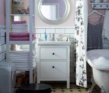 Kleines Badezimmer, ganz viel Stil; ein Bad mit HEMNES Regal + HEMNES Waschbeckenschrank mit 2 Schubladen in Weiß mit weißem RÄTTVIKEN Waschbecken, SONGE Spiegel silberfarben, HJÄLMAREN Handtuchhalter/Regal weiß, rosa FRÄJEN + weiße ÅFJÄRDEN Handtücher + ROSMARIE Meterware weiß/grau am Duschvorhang