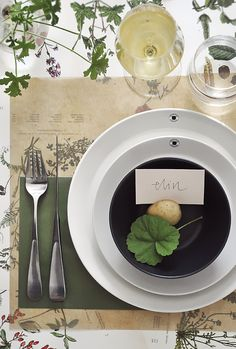 Use transparent baking paper (pale or unbleached) under the plates as a place mat. It serves as a decoration and an effective conversation starter! Plant Table, Dinner Room, Autumn Table, Table Toppers, Food Inspiration, Tablescapes, Great Recipes, Table Settings, Table Decorations