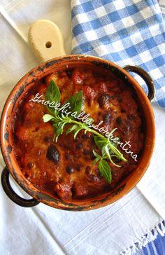 Un piatto, un capolavoro di sapori. Tutti racchiusi in un coccio caldo e filante. Gnocchi alla sorrentina (senza patate). La ricetta la trovate su http://noodloves.it/gnocchi-alla-sorrentina/