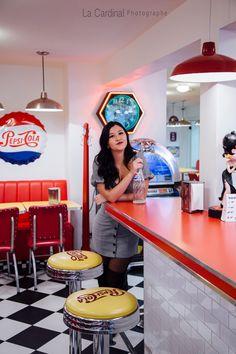 Portrait rétro #retro #portrait #woman #patretro #resto #pepsi #jukebox #cocacola #vintage #travel #shooting #photographie #funky Coca Cola, Pepsi, Juke Box, Cola Wars, Portrait, Vintage Travel, Challenges, Woman, Decor