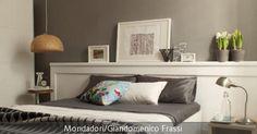 Das Schlafzimmer ist nicht groß genug für eine weitere Kommode? Mit geräumigen Bettkästen ist das Problem der Aufbewahrung gelöst: Hier lassen sich Dinge wie Bettwäsche, Decken und Kissen gut verstauen. Auch ohne viele Farben kann dem Schlafzimmer Frische verliehen werden – die Kombination aus grau und weiß wirkt klassisch und elegant, ohne langweilig zu sein. Denn kleine Akzente wie der Rattan-Lampenschirm oder das hellblaue Blumen-Kissen stechen heraus und geben dem Schlafzimmer eine…