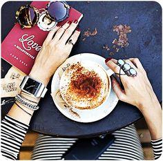 Coisas que a gente ama: Acessórios para enfeitar, um romance para ler (e outro para viver) e um bom capuccino.  #moda #café #capuccino #estilo #jundiaí