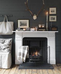 Vibrano le fiamme nel camino di Langton Street. L'inverno nel nord d'Europa da Cabbages&Roses.