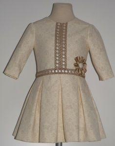 Vestido para niña en pique beige con estampado camel. Cortado a la cintura  con falta 3ab2c23b47f9