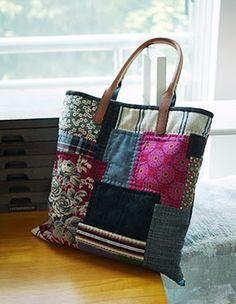 패턴없이 자유로운 패치로, 지난날을 회상하며 만든가방.25년전쯤 옷만들고남은 반질한 검은원단이 포... Patchwork Bags, Quilted Bag, Diy Bags From Old Jeans, Japanese Bag, Diy Tote Bag, Art Bag, Embroidered Bag, Handmade Handbags, Simple Bags