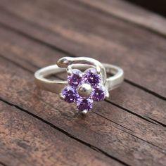 Um anel delicado com trabalhado espelhado e flor em zircônia lilás. Perfeito para um look único e a sua cara!    Compre o seu pelo código 633904 [R$59].