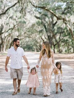 Family Photo Outfit Ideas for Spring - Lynzy & Co. Maternity Photo Outfits, Family Maternity Photos, Family Posing, Maternity Pictures, Family Family, Family Pics, Summer Family Portraits, Family Pictures What To Wear, Maternity Dresses