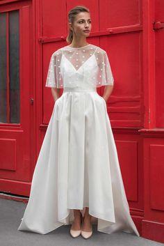 Robe de mariée 2018 : une robe à bretelles spaghettis avec une petite cape Marie Laporte, prix sur demande