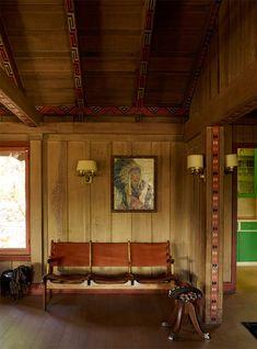 カリフォルニアのオーハイ ( 英 : Ojai ) よりご紹介するのは、ウッドづくりの外壁と室内が、どこか田舎の納屋のような暖かみのある、モダンデザインのデザインの一戸建てです。 緑に囲まれた丘の上に建つこの邸宅は、 …