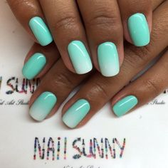 The manicure is in color of the water in the Bay of Biscay - a win-win for the tanned hands. It is not blue and not green, and miraculously combines both s