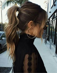 30 Eye-Catching Curly Ponytail Hairstyles You Should Try - Frisuren High Ponytail Hairstyles, Spring Hairstyles, Girl Hairstyles, Ponytail Ideas, Bangs Ponytail, Ponytail With Curls, Hair Bangs, High Curly Ponytail, Messy High Ponytails