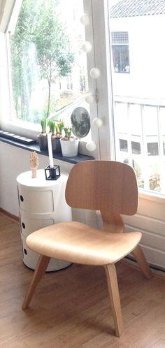 Eames DCW chairs in eiken hout; 234 € bij Domini Design met showroom in Belgie, Gingelom (Limburg): http://thinkwood.be/contact/