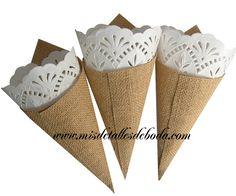 Estos conos de yute son de lo más para poner pétalos de rosas, flores secas, confetti Precio: 0.89 Disponible en http://www.misdetallesdeboda.com