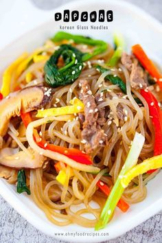 Japchae (잡채) is a popular Korean cuisine of stir-fried glass noodles with assorted vegetables, meat, seasoned with soy sauce and sesame oil. Stir Fry Glass Noodles, Korean Glass Noodles, Ramen Noodles, Korean Side Dishes, Japchae, Receta Salsa Teriyaki, Tofu, Marinated Beef, Steak Marinades