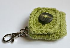 Small Square Coin Purse with key ring and clasp pattern by Melbangel Diy Crochet Coin Purse, Crochet Purse Patterns, Crochet Gifts, Crochet Yarn, Crochet Hooks, Free Crochet, Knitting Patterns, Crochet Earrings, Crochet Jewellery