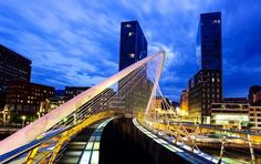 Fußgängerbrück in der baskischen Stadt Bilbao