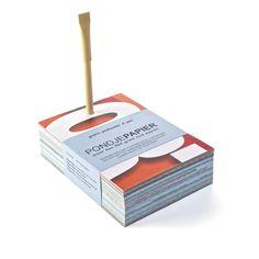 Een PONDJE PAPIER is een notitieblok bestaande uit +/- 270 pagina's oud papier (ruim 500 gram). Het papier is gesneden tot notitieblaadjes uit afgekeurde reclameposters. Ecologisch relatiegeschenk. http://www.meesandmueller.com/product/pondje-papier/