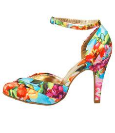 Tropical On aime ses couleurs flashys et ses fleurs exotiques qui invitent au voyage. Attention on les porte avec un jeans pour éviter le côté too-much! Sandales, 55 €, Rocket Dog chez Javari