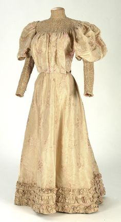 1895-1900 dress ... click to enlarge this understated yet elegant dress.