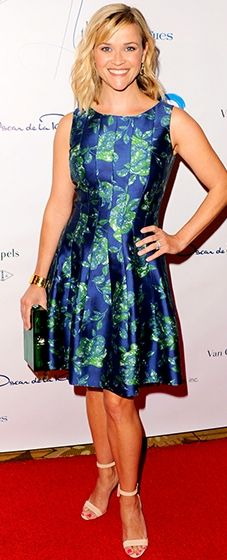 REESE WITHERSPOON Reese delivers the perfect ladies-who-lunch look in a floral-print Oscar de la Renta dress and Manolo Blahnik sandals at the Colleagues' Spring Luncheon in L. Reese Witherspoon, Celebrity Red Carpet, Celebrity Look, Celeb Style, Handsome Celebrities, Ladies Who Lunch, Red Carpet Gowns, Plunge Dress, Night Looks