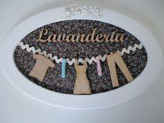 placa para lavanderia com palavra e peças em mdf, fundo em tecido, pode ser escolhido a cor do tecido. R$ 75,99
