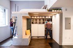 idée aménagement studio, peinture grise, rangements intégrés, parquet foncé et lit mezzanine