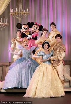 Mickey and Minnie Mouse w/ Disney Princesses and Princes Walt Disney World, Disney World Characters, Disney Live, Disney Fun, Disney Girls, Disney Magic, Disney Movies, Disney Rapunzel, Disney Mickey