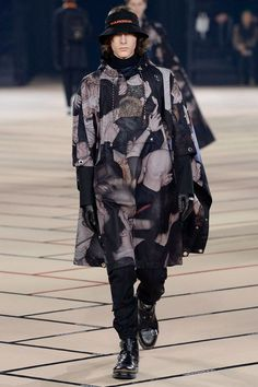 See all the Collection photos from Dior Autumn/Winter 2017 Menswear now on British Vogue Unisex Fashion, Boy Fashion, High Fashion, Mens Fashion, Paris Fashion, Luxury Fashion, Fashion Week, Fashion Show, Fashion Design