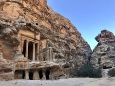 Plan the adventure of a lifetime with the best Petra hiking trails & temples, Petra map & 15 essential tips to visit Petra, the magical lost city of Jordan. Petra Map, City Of Petra, Jordan Tours, Jordan Photos, Jordan Travel, Best Honeymoon, Original Travel, Lost City, Voyage