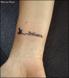 O pulso é um local muito procurado para tatuagens femininas, apesar de também ser uma opção para os homens que procuram um desenho menor. Veja fotos.