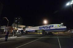 Avião da extinta Viação Aérea de São Paulo (VASP) é transportado pelas ruas da capital paulista após ser arrematado em leilão.