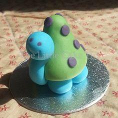 The Little Cake Tin | Tortoise sugar paste / fondant cake topper