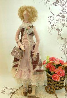 Купить или заказать Кукла в стиле Бохо: Кристина в интернет-магазине на Ярмарке Мастеров. Текстильная кукла в стиле Бохо - красавица Кристина. Наряд девушки в стиле Бохо, выполнен в теплых и мягких оттенках - персик, коричневый, молочный. Обилие кружев делает наряд очень воздушным и легким. А от замшевой сумочки с цветами ни отказалась бы ни одна модница!! Хочу обратить внимание на безрукавочку - на кружевное полотно нашит тончайший шифон - выглядит очень необычно!