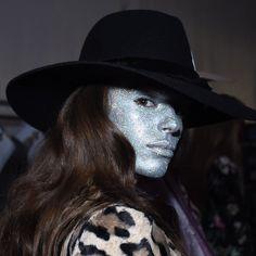 Esta foto me vuelve loca. Esta foto es La Condesa. Chaqueta de leopardo rock'n'roll y GLITTER HOLOGRÁFICO. Muérome por las chicas de #nellcôte. Gracias @_pablopaniagua por la foto. #lacondesadesfile #lacondesanellcote #glitter #glitterface Sombrero impresionante de @aliciableye by lacondesaconde