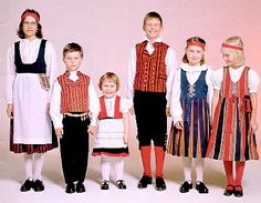Children in Finnish national costumes (Sanokaa: Muikku!