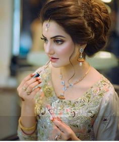 New Hairstyles For Indian Wedding Function ~ Magazzine Fashion Pakistani Bridal Hairstyles, Bridal Hairstyle Indian Wedding, Bridal Hair Buns, Indian Hairstyles, Bride Hairstyles, Pakistani Bridal Makeup, Pakistani Bridal Dresses, Walima Dress, Bridal Makeup Looks