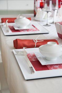 赤白で飾られたテーブルコーディネートは華やかで、 新しい年を迎える、あたたかい気持ちになります。 紙の持つぬくもりが伝わります。
