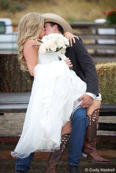 36 Cheerful Country Wedding Decor Ideas - My Wedding Planning :) - Wedding dresses Cute Wedding Ideas, Perfect Wedding, Dream Wedding, Wedding Day, Wedding Inspiration, Wedding Pictures, Cowgirl Wedding, Wedding Tips, Western Wedding Ideas