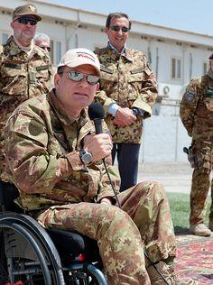 La dedizione...Gianfranco Paglia, maggiore dei paracadutisti, fu ferito gravemente il 3 luglio del 1993, in Somalia, durante la missione IBIS. Nonostante la grave menomazione Gianfranco Paglia non ha perso mai la forza e la grinta, e tutt'oggi, anche se costretto sulla sedia a rotelle, continua a lanciarsi con il paracadute.